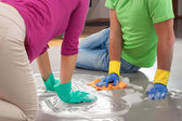 Photo Couple cleaning floor