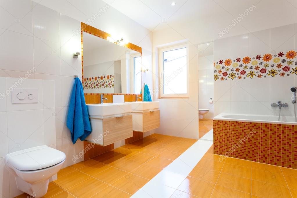 moderno cuarto de baño naranja — Foto de stock ...
