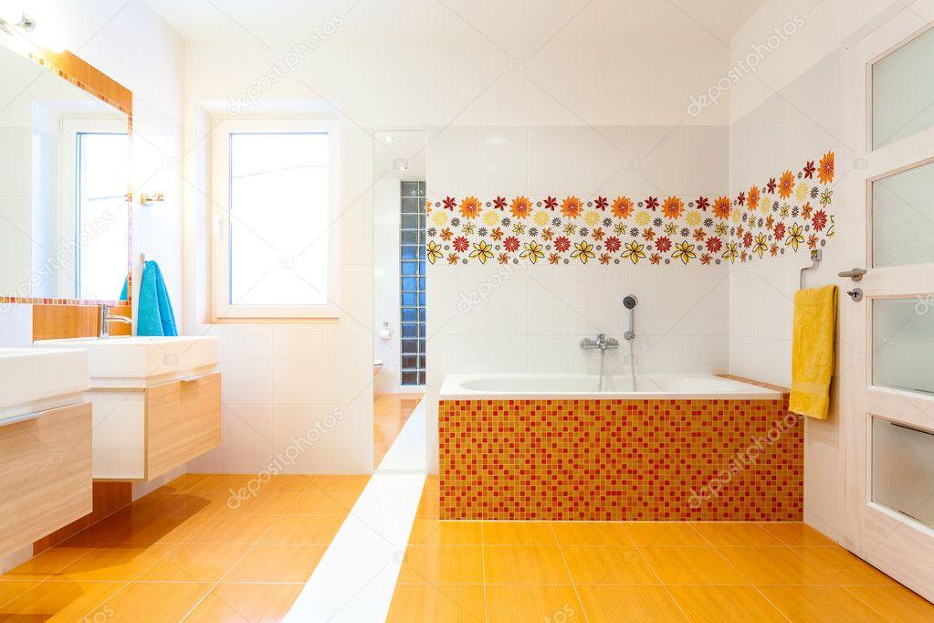 Nuovo bagno contemporaneo con piastrelle arancione u foto stock