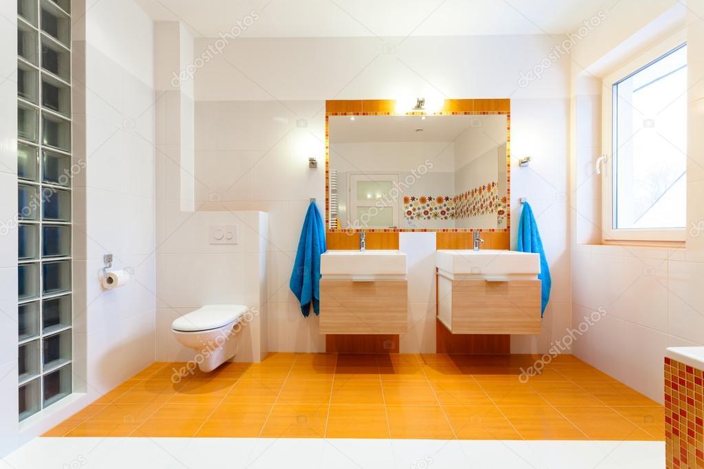 Due grandi lavandini e a specchio bagno familiare u foto stock