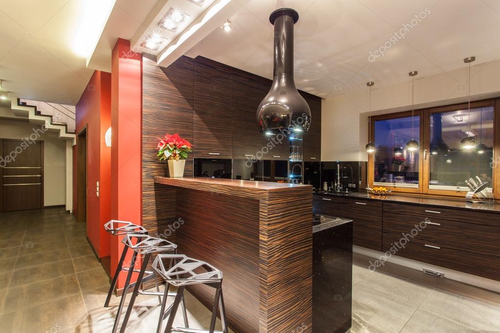 Casa rubino cucina con banco bar u foto stock photographee eu