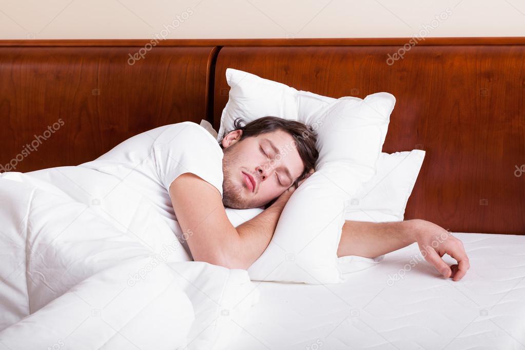 imagen de hombre durmiendo solo