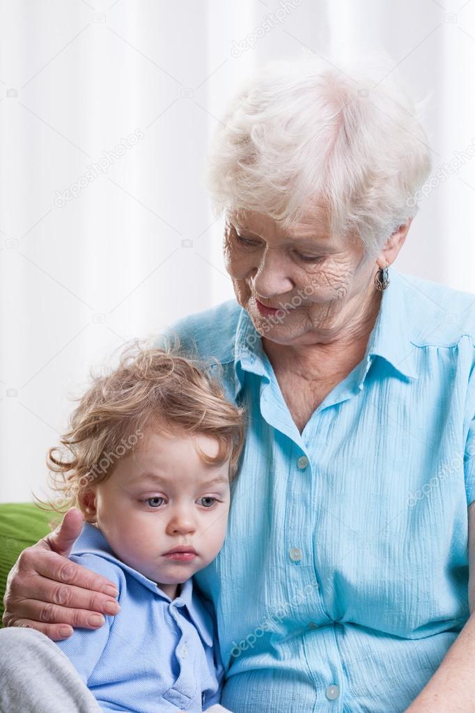 Oma und junge Fotos