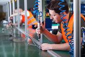 muži při přesnosti práce na výrobní lince