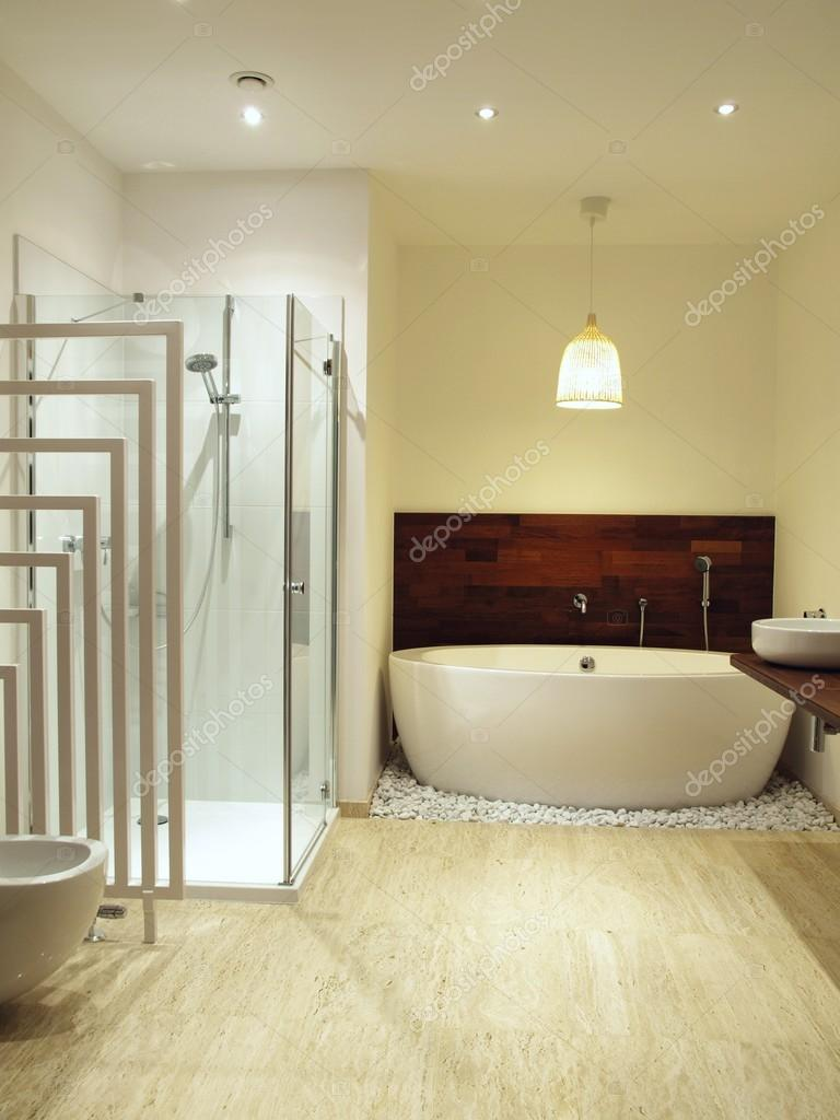 Ba o moderno con azulejos de m rmol travertino foto de stock 49366553 - Banos con marmol travertino ...