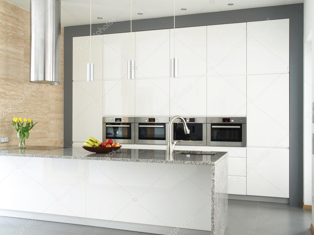 elegante weiße Küche mit Travertin-Steinmauer — Stockfoto ...