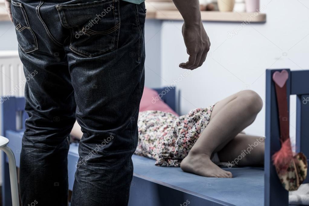 Menina Na Cama E Estuprador Horizontal Fotografia Por
