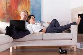 Fotografie obchodní pár odpočívá doma