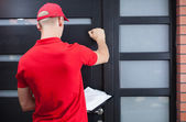 Lieferung Mann klopft an die Tür des Auftraggebers
