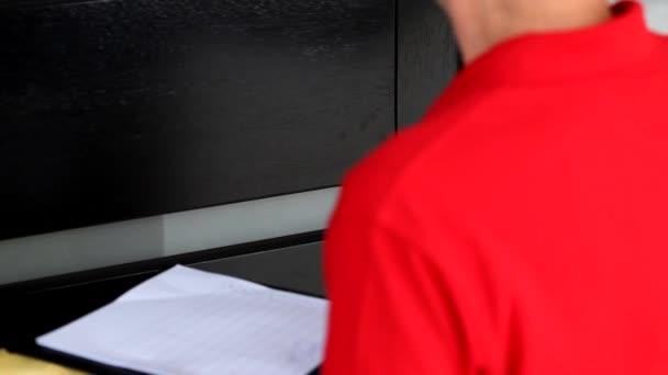doručovatel čeká na podpis od zákazníka