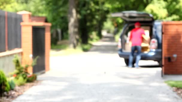 Courier, přičemž velké krabice z auta