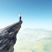 Üzletember állva egy csúcs