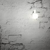 bílá lampa na popraskané zdi