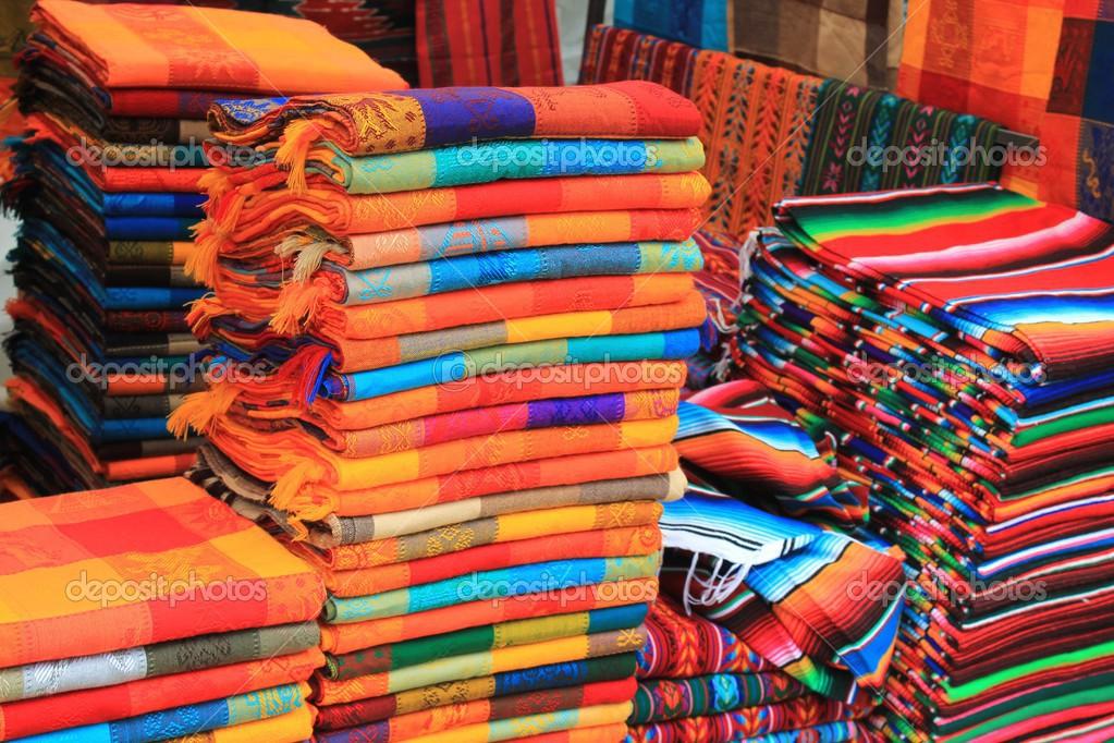 tecido colorido em um mercado de artesanato mexicano u2014 Stock Photo u00a9 JohnCumbow #28443531