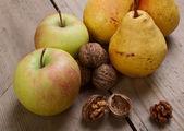 vlašské ořechy, jablka a hrušky