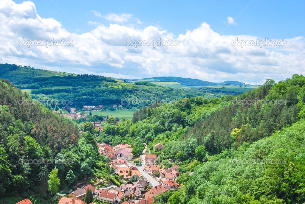 Castello di karlstejn sulla collina verde praga foto for Piani di serra in collina
