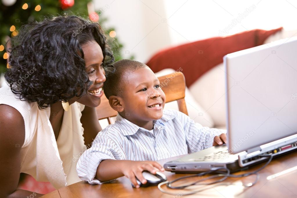 Kerstmis: moeder helpen jongen santa brief schrijven op computer