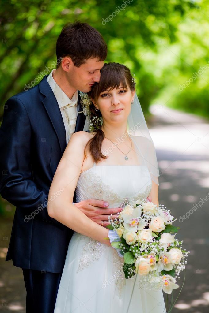 mariage couple jeune mari mari e et le mari amoureux au jour du mariage en plein air. Black Bedroom Furniture Sets. Home Design Ideas
