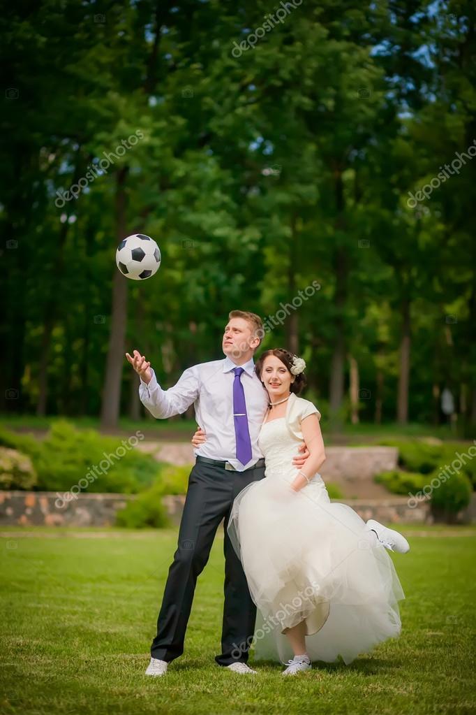 Novios Jugando Al Futbol Fotos De Stock C Hannanes 35782275