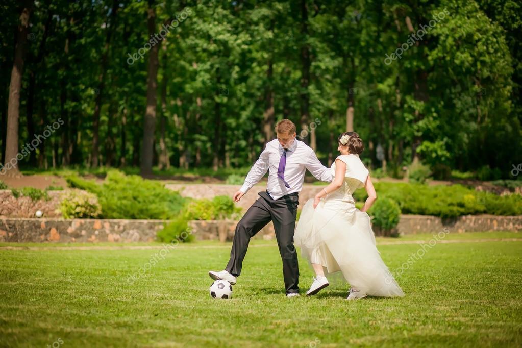 Novios Jugando Al Futbol Fotos De Stock C Hannanes 35782303