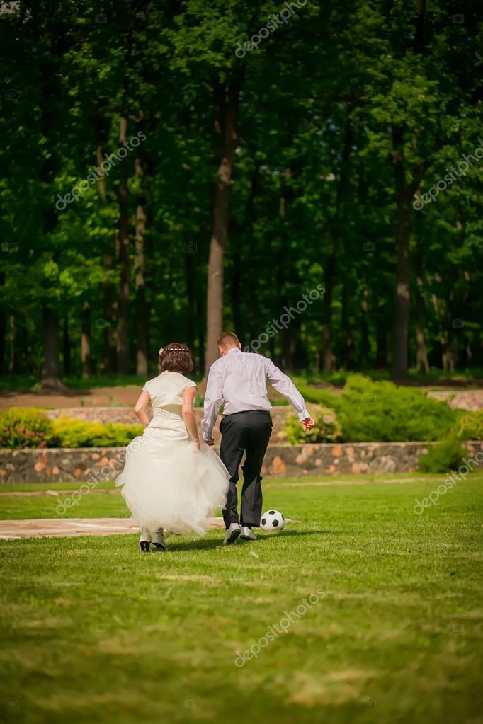 Para ślub Gry W Piłkę Nożną Zdjęcie Stockowe Hannanes 35782305