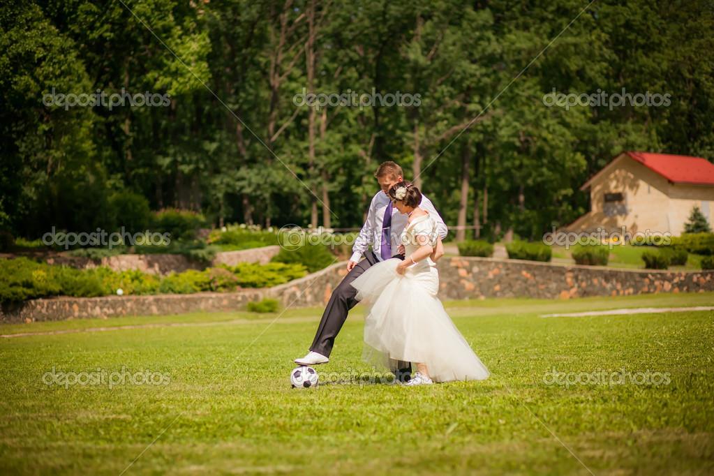 Novios Jugando Al Futbol Foto De Stock C Hannanes 35782319