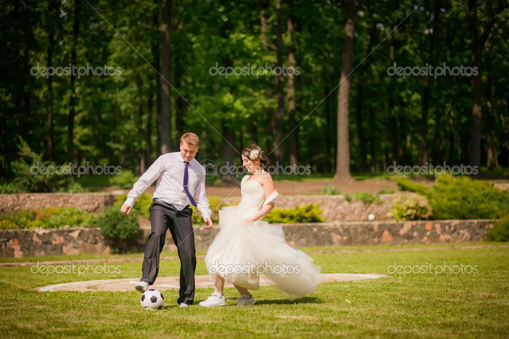 Novios Jugando Al Futbol Foto De Stock C Hannanes 35782321