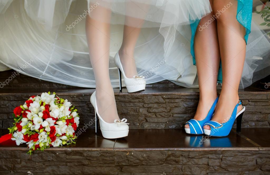 3a7b065a938f Sposa e damigella d onore mostrare le scarpe al matrimonio — Foto di  HannaNes