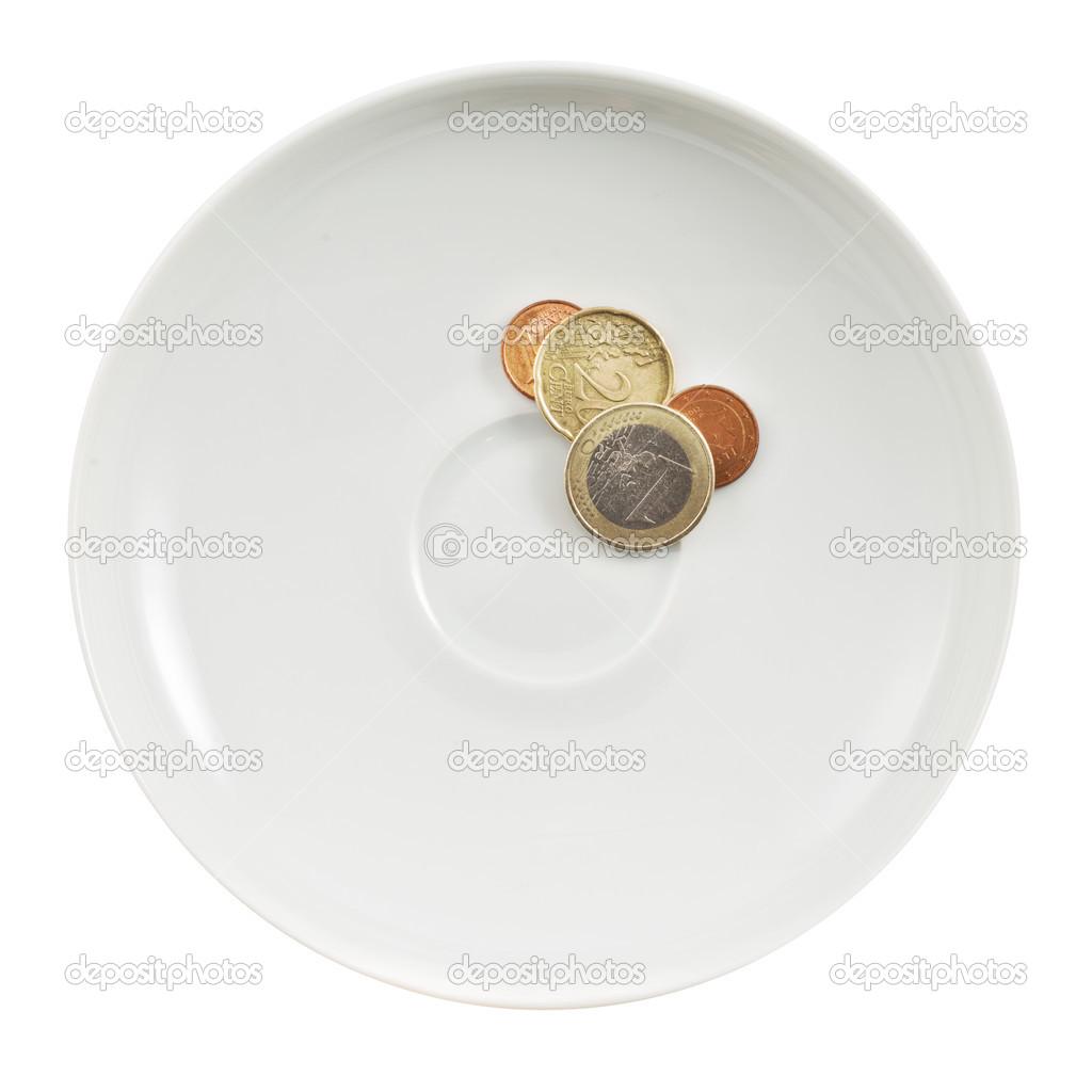 Monedas de euro en un plato blanco aislado fotos de for Plato blanco