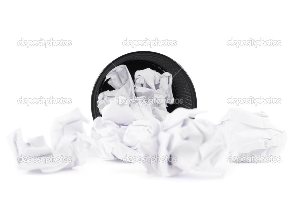 Poubelle de papier bureau isolé u photographie exopixel