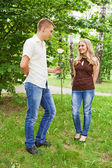 Mladý muž a dívka v městském parku