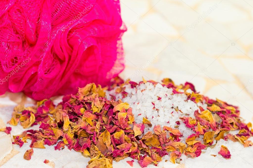Sali Da Bagno Rilassanti : Petali di rose profumate e sali da bagno in una spa u foto stock