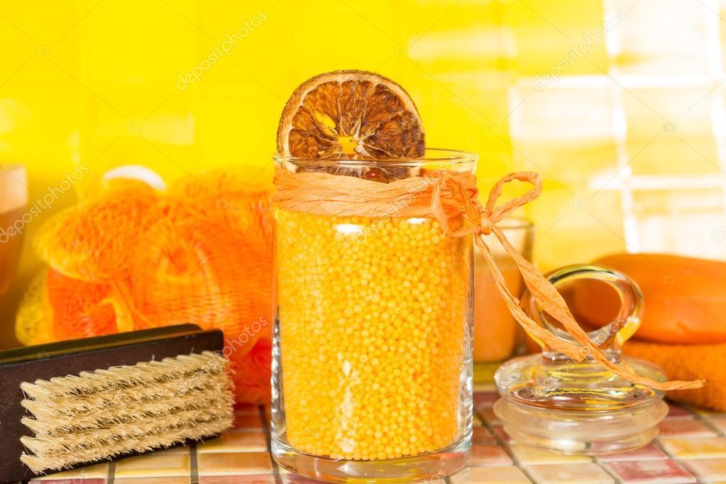 Sali da bagno arancioni colorati in un bagno u foto stock