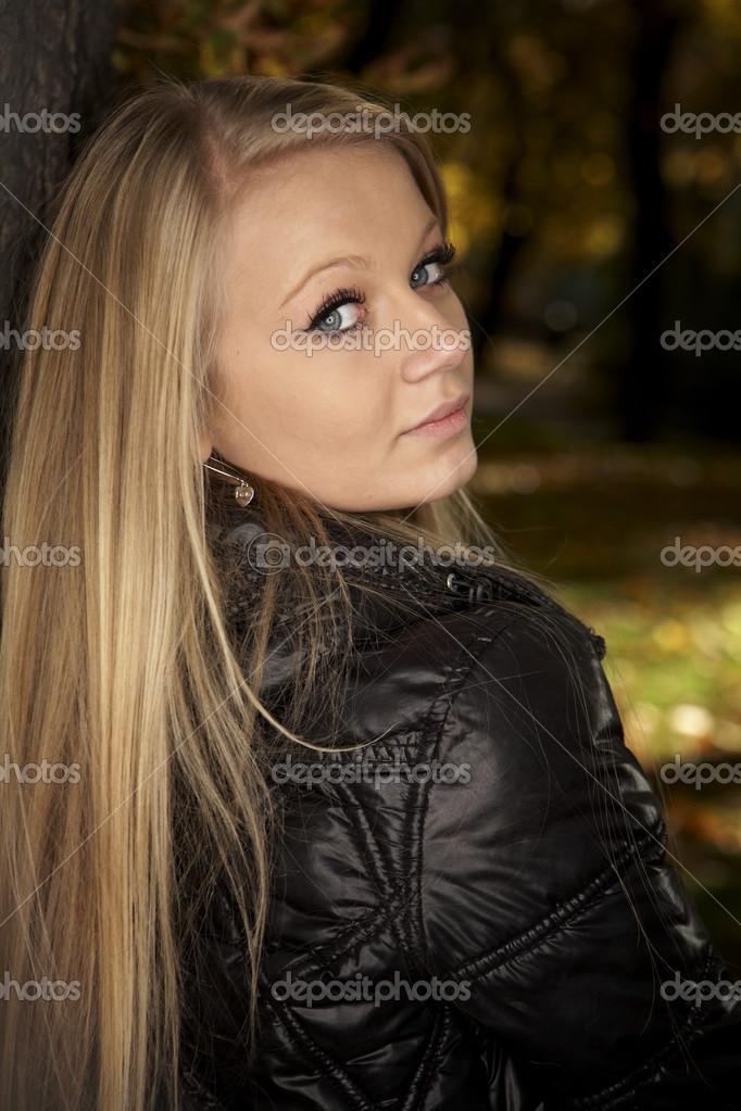 Genç Güzel Bayan Sonbahar Parkta Poz Stok Foto Couperfield 30713733