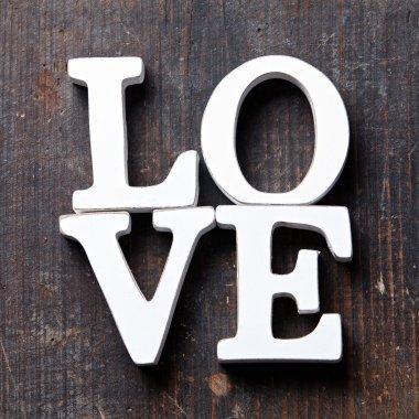 ahşap harflerden kelime aşk şekillendirme