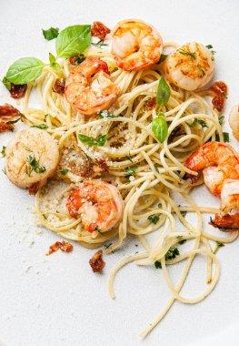 Spaghetti with prawns, sea scallops and basil