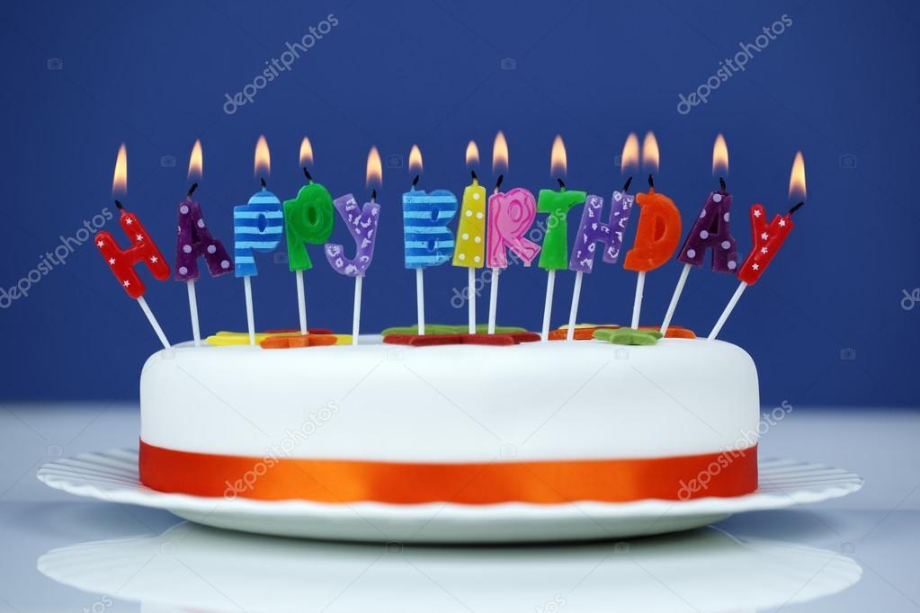 grattis på födelsedagen tårta Grattis på födelsedagen ljus på en tårta — Stockfotografi  grattis på födelsedagen tårta