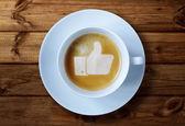 Fotografie palec nahoru znamení v kávě