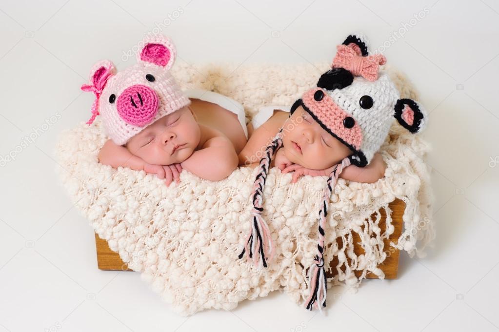 durmiendo a fraternal gemelas bebé recién nacido usando sombreros de ...