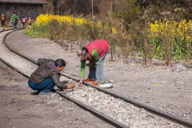 Leshan City, Sichuan Qianwei Kayo media picked up along the railway train village women slag
