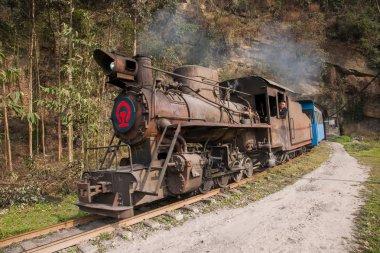 Traveling in Leshan City, Sichuan Qianwei Kayo Bajiaogou train tunnel between the train station