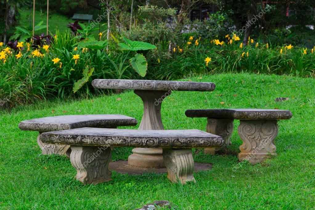 Sedile In Pietra Nel Giardino Foto Stock C Riderfoot 37999707