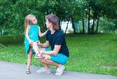 Krásná dívka zranil nohu, rozrušený otec lítost