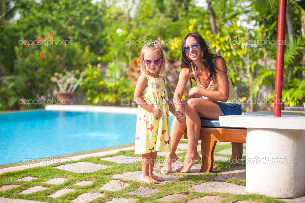 мамочка возле бассейна минетчица