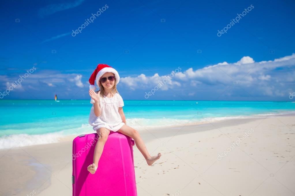 Фото девушек в новогодних колпаках на пляже — img 11