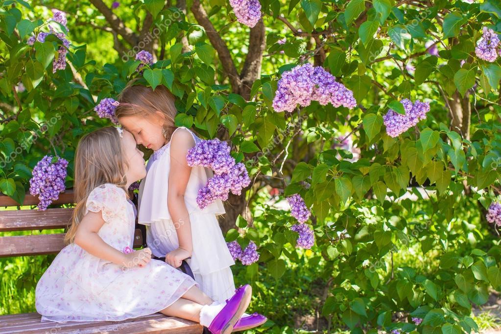 Peu Jolie Fille Profiter Du Printemps Dans Le Magnifique Jardin