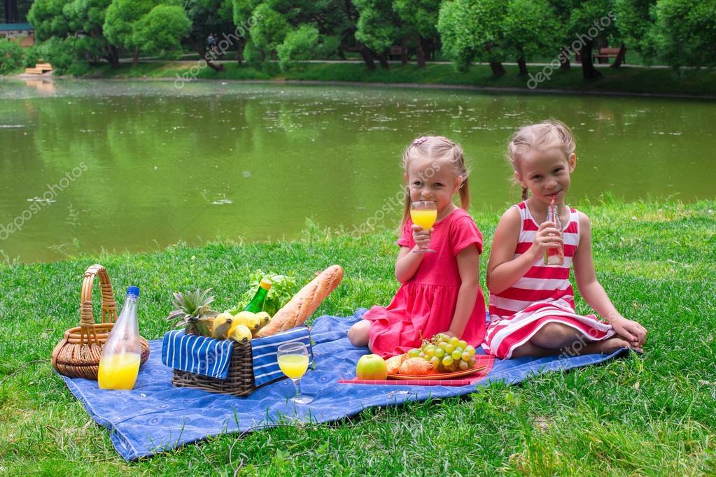 Kinder Picknick Tafel : Adorable kinder wenig picknicken im park am sonnigen tag u2014 stockfoto