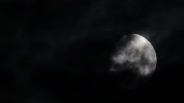 měsíc a noc mraky