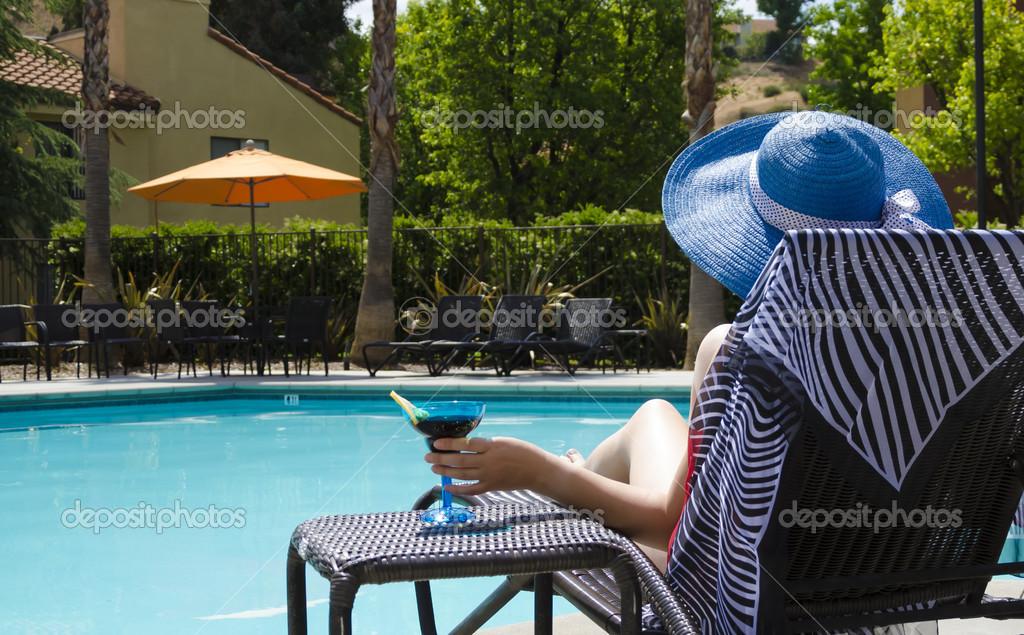 Девушка в бассейне обои для рабочего стола, картинки девушка в.