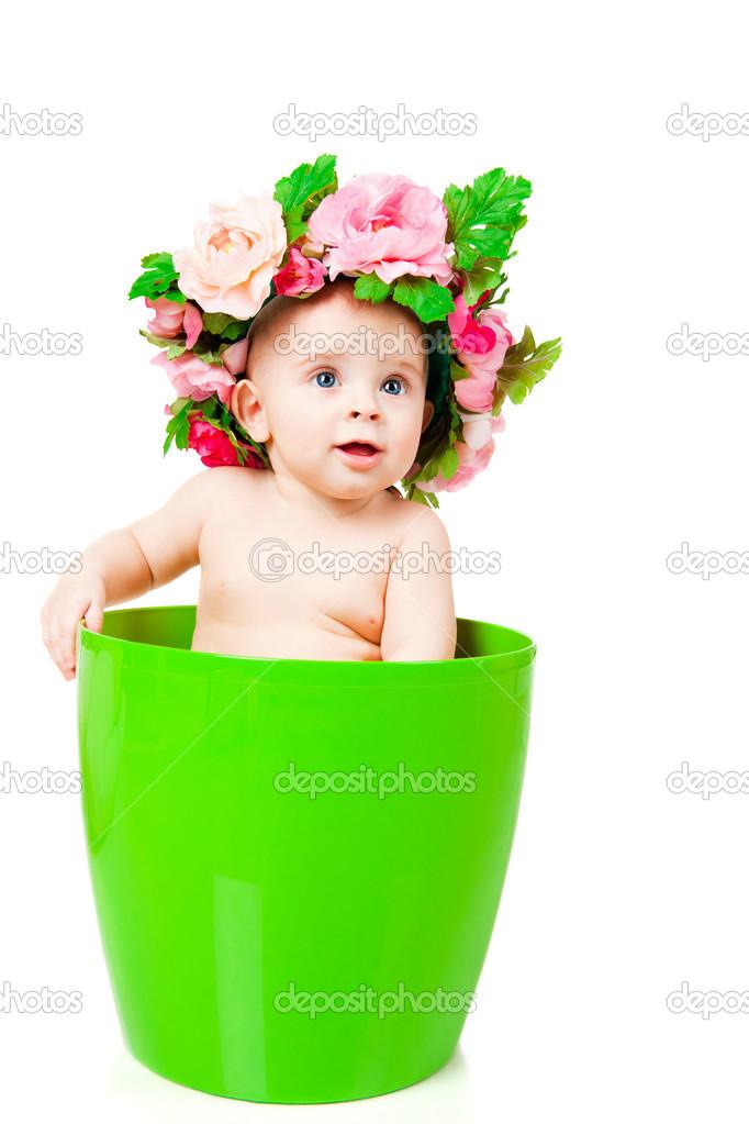 Bebe Dans Une Couronne De Fleurs Se Trouve Dans Un Pot De Fleur